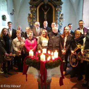 Der gesamte Chor vor dem Altar